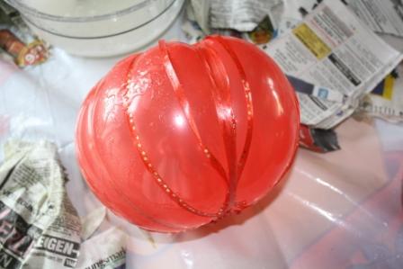 Dann werden die Luftballons immer wieder mit Kleister eingepinselt ...